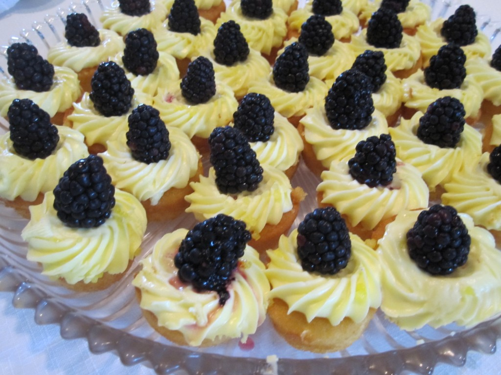 Lemon cupcakes with blackberries