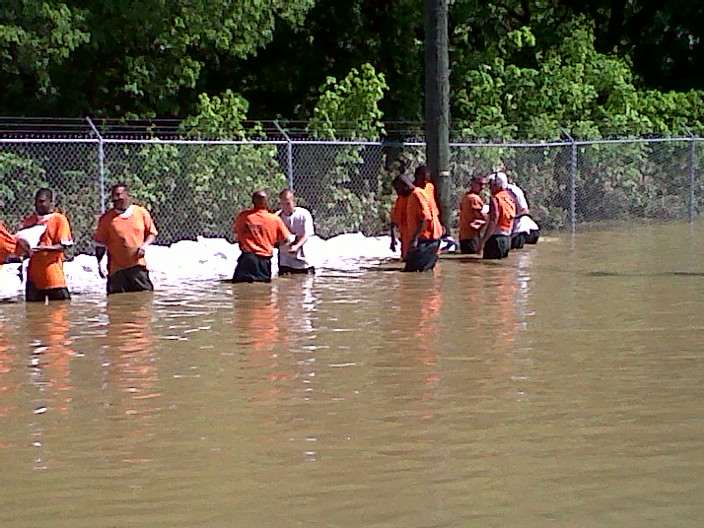 inmates-sand-bagging-water-plant